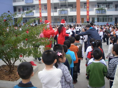 南宁卓立实验学校师生同庆过圣诞
